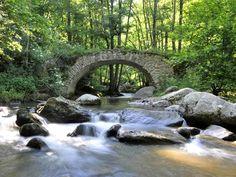 Vous ne devinerez jamais dans quelle région de France ces 17 photos ont été prises... Sérieux, j'ai halluciné ! Saint Michel, Land Scape, Waterfall, Photos, Outdoor, France Travel, Old Bridges, Outdoors, Pictures