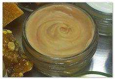 Κηραλοιφή με επουλωτικές ιδιότητες, 50 ml           Υλικά    10 γρ μελισσοκέρι κίτρινο    14 γρ αμυγδαλέλαιο    12 γρ λάδι καλέντουλας    10 γρ λάδι αλόης    4 γρ εκχύλισμα χαμομήλι    5 σταγόνες αιθέριο έλαιο λεβάντας... Homemade Beauty, Diy Beauty, Beauty Cream, Lotion Bars, Beauty Recipe, Home Recipes, Natural Living, Home Remedies, Health And Beauty