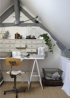 "grey. ""In the old attic, Christelle has organized a small sewing her creations to work with hemp. Painted gray, the timbers has a beautiful modern. Borrowed from the industrial world, lighting lamps or enameled sheet metal workshop articulated rubs."" (rough translation)"