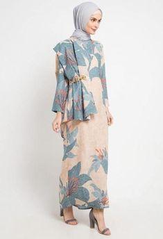 32 Ideas For Womens Fashion Casual Chic Models Tesettür Nişanlık Modelleri 2020 Batik Fashion, Abaya Fashion, Women's Fashion Dresses, Dress Outfits, Fashion Fashion, Dress Brokat, Kebaya Dress, Hijab Style Dress, Casual Hijab Outfit