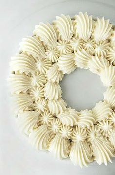 Buttercream Frosting Recipe that is light, creamy, and fluffy. This homemade frosting recipe is the BEST Buttercream frosting recipe for cakes and cupcakes. It's the perfect buttercream icing for… Vanilla Buttercream Frosting, Chocolate Buttercream Frosting, Frosting Tips, Types Of Frosting, Raspberry Buttercream, Vanilla Cupcakes, Vanilla Cake, Rodjendanske Torte, Decoration Patisserie
