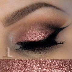 Ojos en rosa metalizado con eyeliner muy marcado