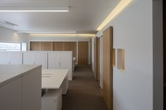 To create an airy and nice place to work, without any excesses, for the finance and accountancy department: that was our task. As to not get trapped in the conventional office set-up, we decided to create a square-like atmosphere, by surrounding the space with houses. These houses in fact act as storage space, meeting room, archive etc. By fully respecting the white interior, the warm contrast between the carpet flooring and the oak of the doors and cabinets is truly enhanced.