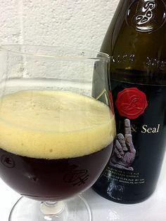 Cerveja Hand & Seal, estilo Barley Wine, produzida por Brooklyn Brewery, Estados Unidos. 13.3% ABV de álcool.