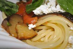 Espaguetis alla norma. Pasta y hortalizas, una gran combinación.