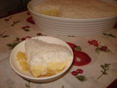 Doce de abacaxi:  - 1 abacaxi médio  - 3/4 xícara de açúcar  - 1/2 xícara de água  - Creme:  - 1 lata de leite condensado  - 1 lata de leite comum (use a lata de leite condensado como medida)  - 1 vidro de leite de coco (200 ml)  - 2 colheres de sopa de amido de milho  - 3 gemas  - Gotas de essência de baunilha  - Cobertura:  - 3 claras  - 2 colheres de sopa de açúcar  - 1/2 pacote (50 g) de coco ralado  -