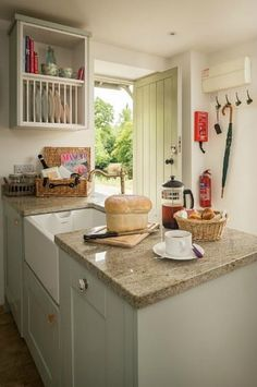 Tamar Valley luxury self-catering riverside cottage in East Cornwall. A romantic cottage for lovebirds looking for some peace and quiet Country Cottage Interiors, Cottage Kitchens, Cottage Homes, Home Kitchens, Country Kitchens, Semarang, Cornwall, Kitchen Design, Kitchen Decor