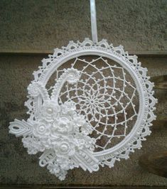 Discover recipes, home ideas, style inspiration and other ideas to try. Crochet Home, Crochet Motif, Irish Crochet, Crochet Doilies, Crochet Flowers, Dreamcatchers, Doily Patterns, Crochet Patterns, Rever Mariage