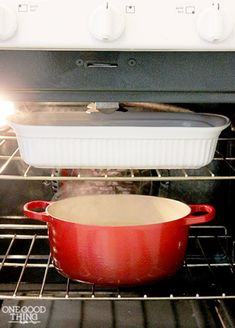 Spatters and drips are an inevitable part of using your oven. Fortunately, cleaning your dirty oven is a lot easier than you think. This simple method takes almost all the elbow grease out of the job and works while you sleep! Household Cleaning Tips, Deep Cleaning Tips, Toilet Cleaning, House Cleaning Tips, Natural Cleaning Products, Spring Cleaning, Cleaning Hacks, Cleaning Recipes, Cleaning Solutions