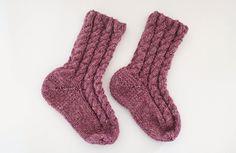 Cable socks, free pattern. Flettesokkar, gratis oppskrift.  Ullstrikk - The wool knitters blog