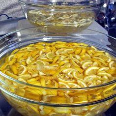 Avevo ancora dei limoni di Sicilia di  Arance da Gustare  e mi ero riproposta di usarli per la marmellata.  Ma quale marmellata fare? Con qu...