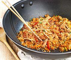 Ρύζι στο τηγάνι με αυγό και λαχανικά. Φτιάξτε το με το κρέας που περίσσεψε από το χτεσινό τραπέζι. Εύκολα και γρήγορα, μεταμορφώνεται σε ένα νέο αχνιστό πεντανόστιμο πιάτο. Fried Rice, Meat Recipes, Fries, Chinese, Ethnic Recipes, Food, Essen, Meals, Nasi Goreng