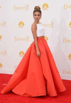 Sarah Hyland con  'crop top' en blanco y falda voluminosa con pliegues en tono anaranjado de Christian Siriano.