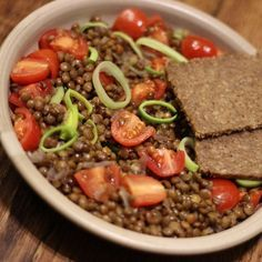 Červená čočka s rajčaty a pórkem - čočka pomáhá při odtučňovacích kůrách. Je vhodná při chudokrevnosti a při problémech se zvýšeným cholesterolem. Reguluje funkci střev a je skvělou prevencí proti zácpě. Je ideální potravinou pro nemocné cukrovkou, protože snižuje obsah cukru v krvi. Lentil Recipes, Lentils, Health Fitness, Food And Drink, Healthy Eating, Vegetarian, Beef, Vegan, Cooking