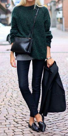 bien s'habiller femme avec un pull vert, chaussures noires, sac bandoulière en…
