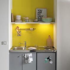 <p>Rehaussée d'un mur jaune, la cuisinette Simply gris souris de Castorama est très moderne ! Pratique et fonctionnelle, elle est idéale pour les petits espaces. Facile ...