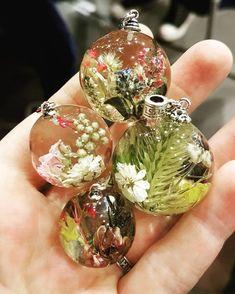 best ideas for diy jewelry resin Diy Resin Crafts, Jewelry Crafts, Diy And Crafts, Arts And Crafts, Resin Flowers, Dried Flowers, Resin Jewelry Making, Resin Jewlery, Resin Tutorial