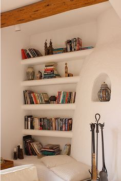 lovely built in bookshelves