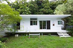 葉山の景観に溶け込む広大な庭とともに暮らす 真っ白な平屋の家
