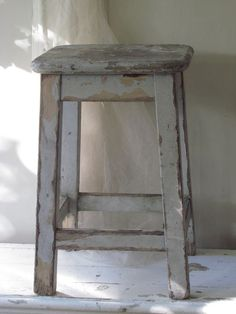 FRANSE KRUK IN DE OUDE VERF / FRENCH STOOL WITH OLD PAINT