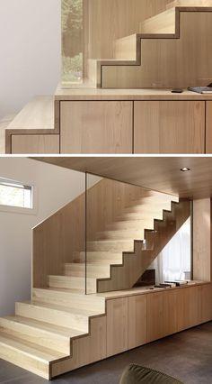 escalier intérieur en bois clair et rangement sous escalier de design original