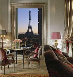 Le Eiffel Suites del Plaza Anthenée, un 5 stelle parigino, offrono una vista ravvicinata della torre-simbolo della capitale francese