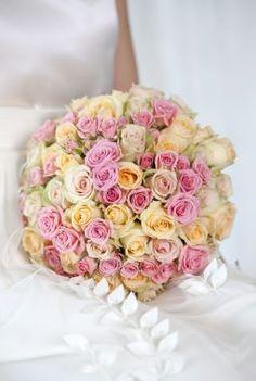 Nydelig rundbundet brudebukett med roser. Cake, Desserts, Food, Tailgate Desserts, Deserts, Kuchen, Essen, Postres, Meals