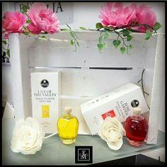 Il diffusore per ambiente a forma di fiore fa anche da un originale elemento d'arredo. Diffonde una piacevole fragranza che dura fino a 6 settimane. Il fiore, dopo essersi imbevuto di essenza, si apre e prende colore. #fmworlditalia #fmworld #SMARTandCLEAN #magic #flower #diffuser #fragrancediffuser #rose #lilyofthevalley #flowerpower #scent #forhome #fragrance #accessories #details #interior #handmade #amazing #loveit #spring #springmood #colourful #instagood #instamood