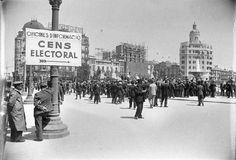 Una multitud al voltant de l'escala d'accés a l'oficina de la Junta Municipal del Cens Electoral amb motiu de les eleccions de diputats a les Corts de la República de 1936. Plaça de Catalunya, Barcelona.