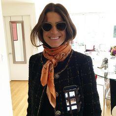 Jak nosić apaszkę jesienią? Te sposoby ożywią twoje stylizacje - WP Kobieta