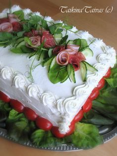 PHOTO ONLY - Voileipäkakku - Finnish sandwich cake. (Just pic) Built just like a normal cake but with savoury ingredients like ham or smoked salmon. Savoury Baking, Savoury Cake, Sandwhich Cake, Tee Sandwiches, Salad Cake, Party Trays, Food Garnishes, Food Decoration, Cakes And More
