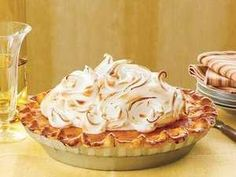 Wow guests this weekend with a sky-high marshmallow meringue on this sweet potato pie. Be sure to lightly pack the mashed sweet potatoes in your Delicious Desserts, Dessert Recipes, Dinner Recipes, Marshmallow Meringue Recipe, Meringue Pie, Impressive Desserts, Recipes With Marshmallows, Easy Pie, Recipes