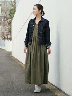 カーキ色はデニムジャケットとよく合い、上品さもプラスしてくれます。シンプルながらも、袖をまくったりスタイリングに工夫が見られます。小物にカゴバッグなどをプラスして、お出かけコーデとしてもぴったりですね。