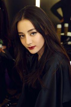 Khi gương mặt được trang điểm sắc sảo với đôi môi đỏ sẫm quyến rũ, đôi mắt mèo đen nhánh sắc lẻm càng tăng thêm nét hấp dẫn ma mị mê hồn của Nhiệt Ba. Beautiful Asian Women, Beautiful People, Asian Celebrities, Celebs, Idol 3, Chinese Actress, Asian Woman, Asian Beauty, Sexy