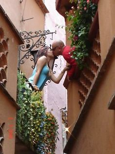 Photo of Alley of the Kiss (Callejon del Beso)
