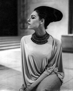 Italian model with Egyptian hairstyle wearing a Galitzine necklace. 1969 Fashion, Retro Fashion, Fashion Models, Vintage Fashion, Vintage Style, Retro Vintage, Egyptian Hairstyles, Italian Models, Hair Reference