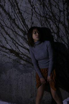 薄暗い場所にいる神室舞衣
