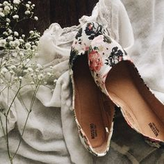 floral print flats ➵ white flats with a floral print  ➵ only worn once, excellent condition   ➵ perfect for a vintage, preppy, girly style  all pictures are my own   Closet policies:  No trades  No PayPal  Bundles =5% Discounts Mossimo Supply Co Shoes Flats & Loafers
