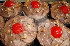 Cupcakes de chocolate con un toque de kirch y cerezas