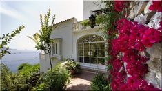 A dombos tengerparton ül ez a modern nyaraló a Villefranche öböl fölött, a vízparti panoráma minden előnyével, mely pompásan érvényesül a nagy - Luxuslakások és házak