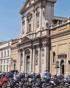 Rome; Vespa's everywhere! 😻 . . . . #vespa #rome #italy #travelphotography #travel #reisfotografie #reizen #italytrip #europeanbeauty #europe #instalove #3opreis