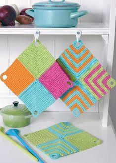 Knitting Patterns Yarn Crochet potholders from 4 squares - crochet potholder Crochet Diy, Crochet Home Decor, Love Crochet, Crochet Gifts, Crochet Potholders, Crochet Squares, Dishcloth Crochet, Knitting Patterns, Crochet Patterns