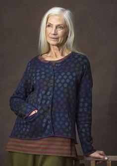 Een fantastisch vest in een iets uitlopend model met een zak voor en bewerkte details. Het model heeft zachte stippen in vloeiende kleuren en is verkrijgbaar in maar liefst vier kleurstellingen. Een superkledingstuk!