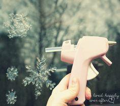 Copos de nieve utilizando pistola de silicona caliente. Si queremos que brille podemos colocar antes que seque escarcha  (glitter o brillantina) en color dorado o plateado y queda genial.