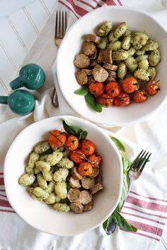 These Gnocchi with Pesto, Roasted Tomatoes, and Vegan Sausage are so simple to prepare but make for a savory and satisfying plant-based dinner. Easy Summer Meals, Summer Recipes, Real Food Recipes, Vegan Recipes, Vegan Food, Roasted Eggplant Pasta, Focus Foods, Baked Gnocchi, Recipe Sheets