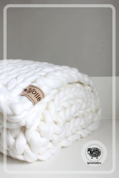Throw snow white (organic wool) WolletjeBol: snow white chunky knit throw made of organic merin Fluffy Blankets, Cozy Blankets, Tree House Plans, Cosy Christmas, Chunky Knit Throw, White Throws, Natural Interior, Minimal Decor, Home Room Design