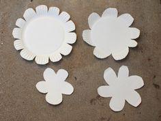 des-fleurs-de-différentes-tailles-découpées-dans-des-assiettes-en-papier-pour-fabriquer-une-fleur-artificielle-decorative-activité-manuelle-printemps