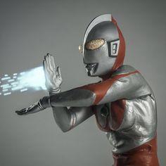 X-Plus Ultraman Spacium Pose vinyl figure. Comic Book Heroes, Comic Books, Giant Monster Movies, Japanese Superheroes, Kids Tv, 80s Kids, Japanese Monster, Sci Fi Shows, Mega Man