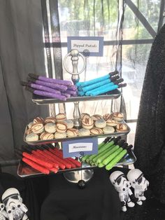 Nothing better than a Star-Wars kind of Bash Birthday Party Ideas These dipped pretzels imitating lightsabers are just so cool! There's not a Star Wars fan out there that wouldn't love them at their party! See more p. Streamer Party Decorations, Star Decorations, 6th Birthday Parties, Birthday Ideas, Birthday Boys, Star Wars Wedding, Star Wars Baby, Girl Themes, Star Wars Birthday