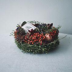 ケーキみたいなリース。 壁掛けにもできますが、こうしてテーブルに置くと高さがあって可愛い! ペッパーベリーは、ピンクでは無くレッドを使用。 #ペッパーベリー #マメグンバイナズナ #リース #ドライフラワーリース #pepperberry #wreath #still_life_gallery #click_vision #静物